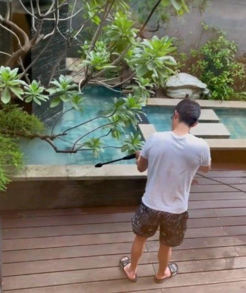 謝欣穎曬出「女友視角照」,看男友王柏傑打掃庭院。圖/摘自IG
