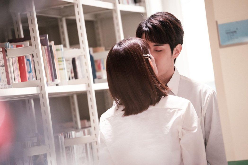 睦媄(左)跟陳彥嘉的浪漫之吻,大放粉紅泡泡。圖/民視提供