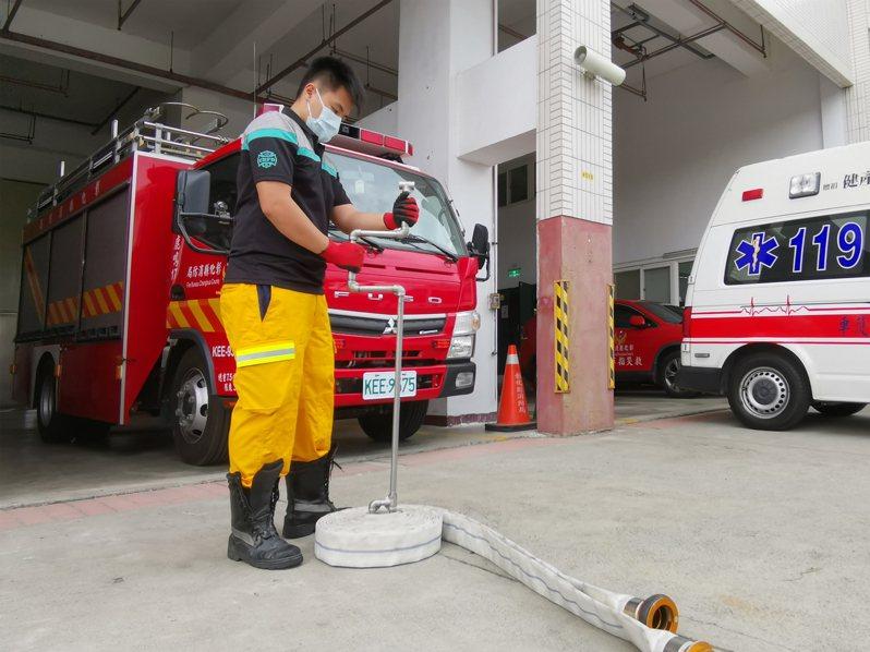 彰化縣鹿鳴分隊消防員自製水帶收捲器,原先需要兩個人完成的收拾工作,由一個人就能獨立完成。圖/彰化消防局大三大隊提供