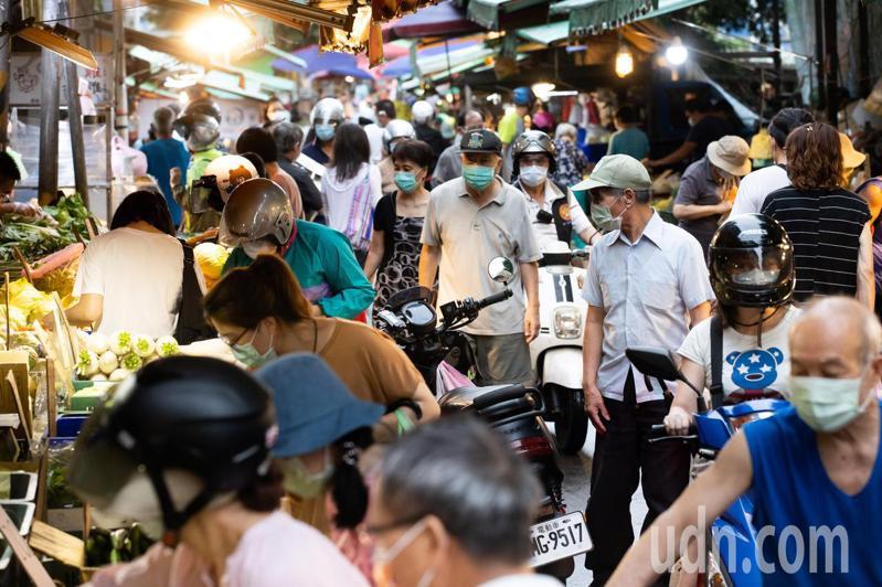 黃昏市場內採買民眾,雖然大家都有戴上口罩防疫,但近距離接觸不免令人憂心。記者季相儒/攝影