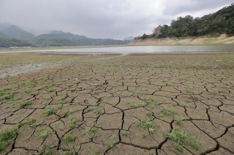 台灣遭遇逾半世紀的大旱,外界建議西部應有一條貫穿南北、串連主要水庫的維生管線調度水源,圖為乾渴的石門水庫。圖/聯合報系資料照片