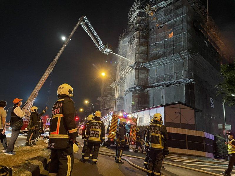 消防員是出生入死的「打火英雄」,但現實生活中常遭到刁難甚至索賠。圖為火災救災現場,與新聞無關。圖/聯合報系資料照片