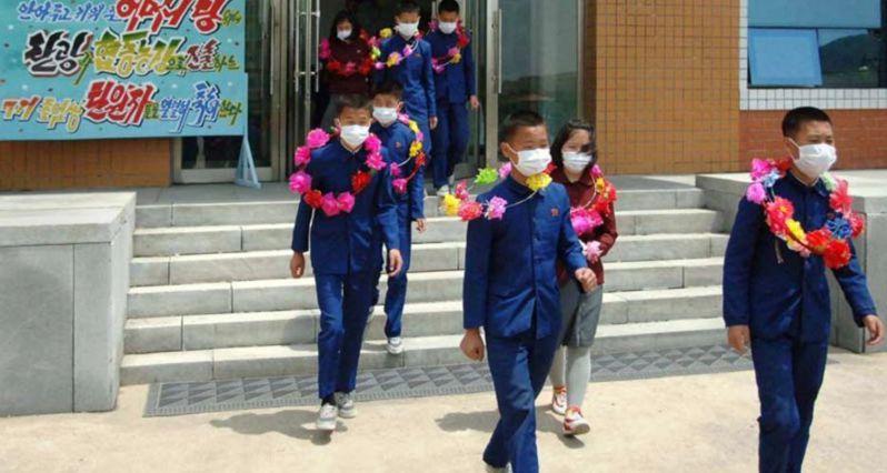 北韓國營媒體朝中社(KCNA)聲稱,國內孤兒自願前往國營礦坑和農場工作,報答黨對他們的愛。圖/擷取自Twitter