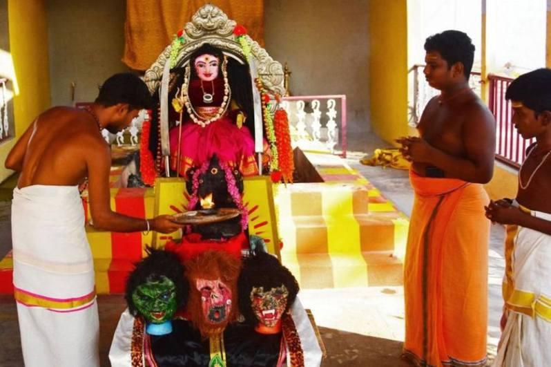 印度南部城市哥印拜陀的一座名為Kamatchipuri Adhinam的寺廟內,立了兩尊「新冠病毒女神」(Goddess Corona Devi)神像。 法新社