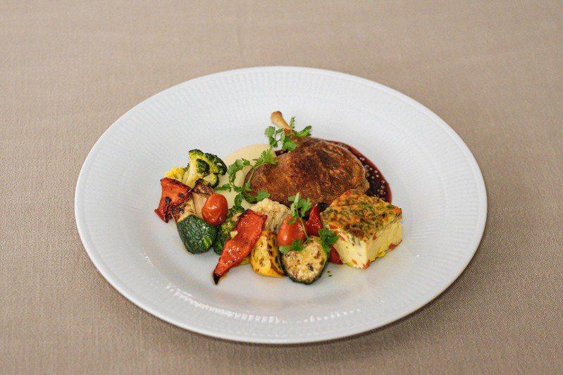 油封鴨腿、馬鈴薯泥、爐烤時蔬、醋漬蕃茄、烘蛋和紅酒芥末醬。圖/Chou Chou法式料理餐廳提供。