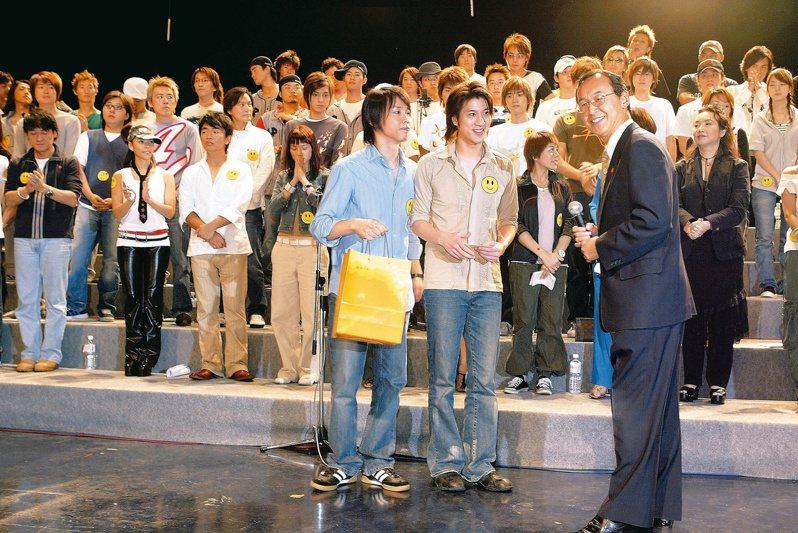 2003年因為SARS王力宏與陶喆創作出的歌曲「手牽手」,台灣多位歌手一起大合唱。 圖/聯合報系資料照