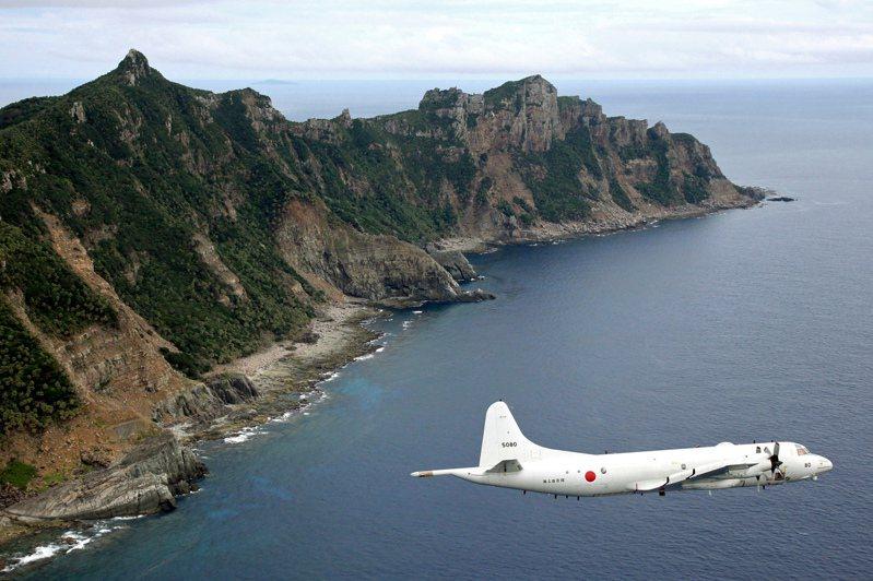 圖為今年五月底,日本海上自衛隊的P-3獵戶座海上巡邏反潛機飛越日本所稱的尖閣群島,中國大陸稱釣魚島,台灣稱釣魚台情景。美聯社資料照