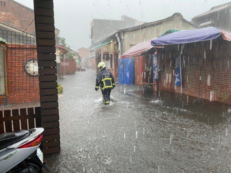 今天雨炸鹿港造成大淹水,水深過膝,老街尤其如街河。 圖/彰化縣消防局提供