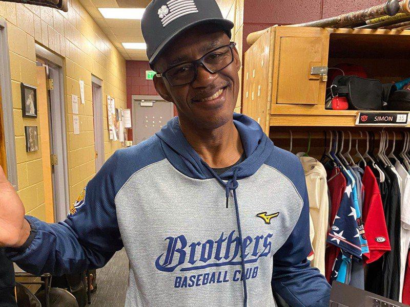 旅美棒球員陳聖平在響尾蛇小聯盟低階1A的守備教練賈納(Darrin Garner)曾多次到台灣擔任客座教練,至今仍穿著中信兄弟隊的練習衣。(陳聖平提供)