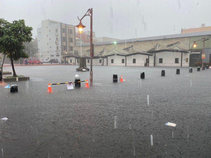 今天清晨的強降雨狂灌下,造成地勢低漥的鹿港公會堂及老街一帶淹水,汪洋一片。 圖/彰化縣政府消防局提供