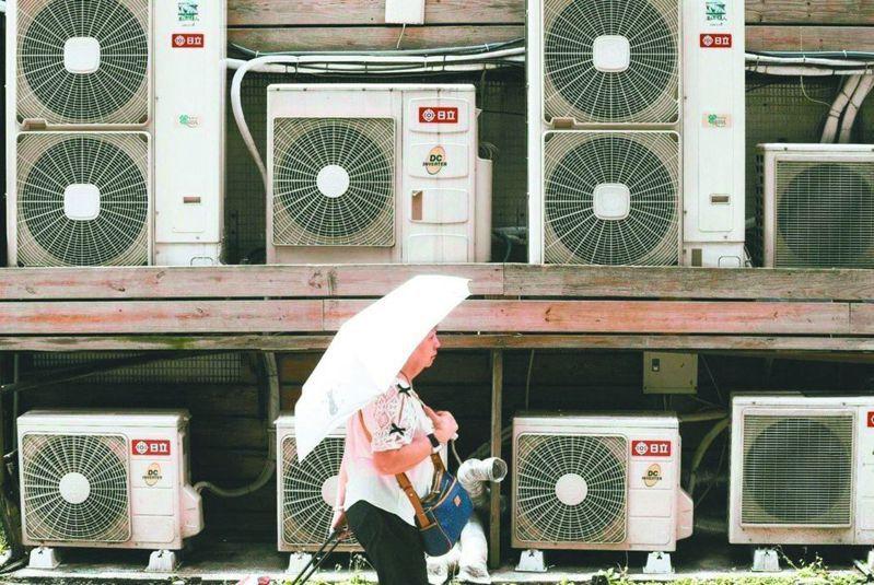 夏月電價6月1日起上路,由於夏季的用電量、電價雙雙上漲,一般家庭月電費估計增加新台幣506元。圖/資料照片