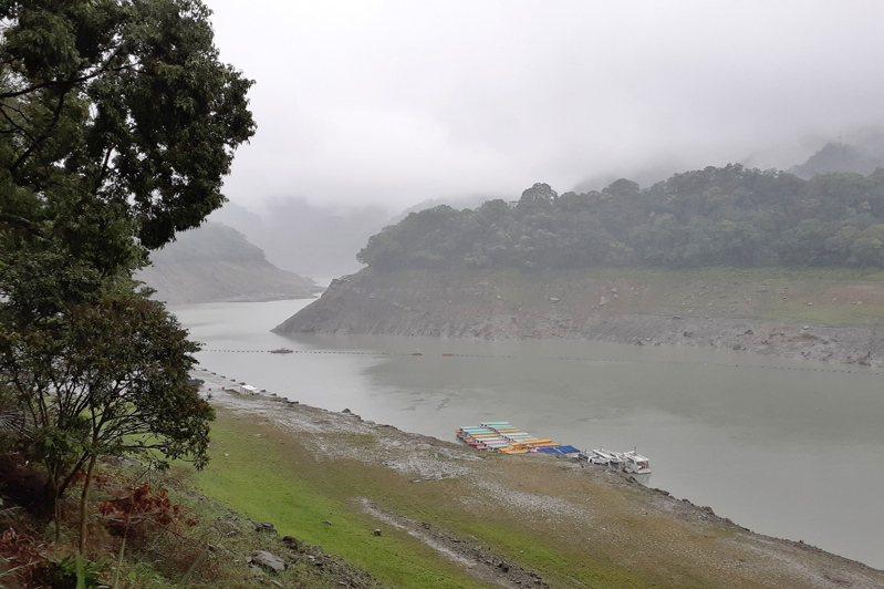 石門水庫集水區30日降雨,水利署北區水資源局副局長郭耀程表示,由於水庫的集水區很大,甚至遠達宜蘭縣,雨水可能需要半天甚至20小時的時間才會流入水庫,因此水位沒有顯著上升是短期正常現象。 中央社/北區水資源局提供