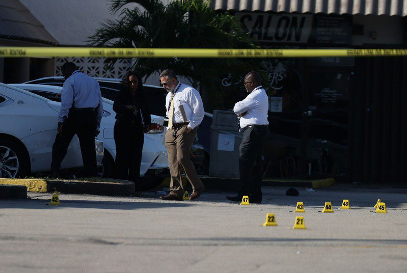 美國佛羅里達州邁阿密花園(Miami Gardens)附近一棟商用大樓的宴會廳外,今晨發生大規模槍擊案。圖/法新社
