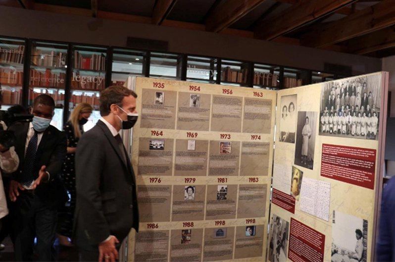 法國總統馬克宏訪問南非,參觀曼德拉紀念館。 路透