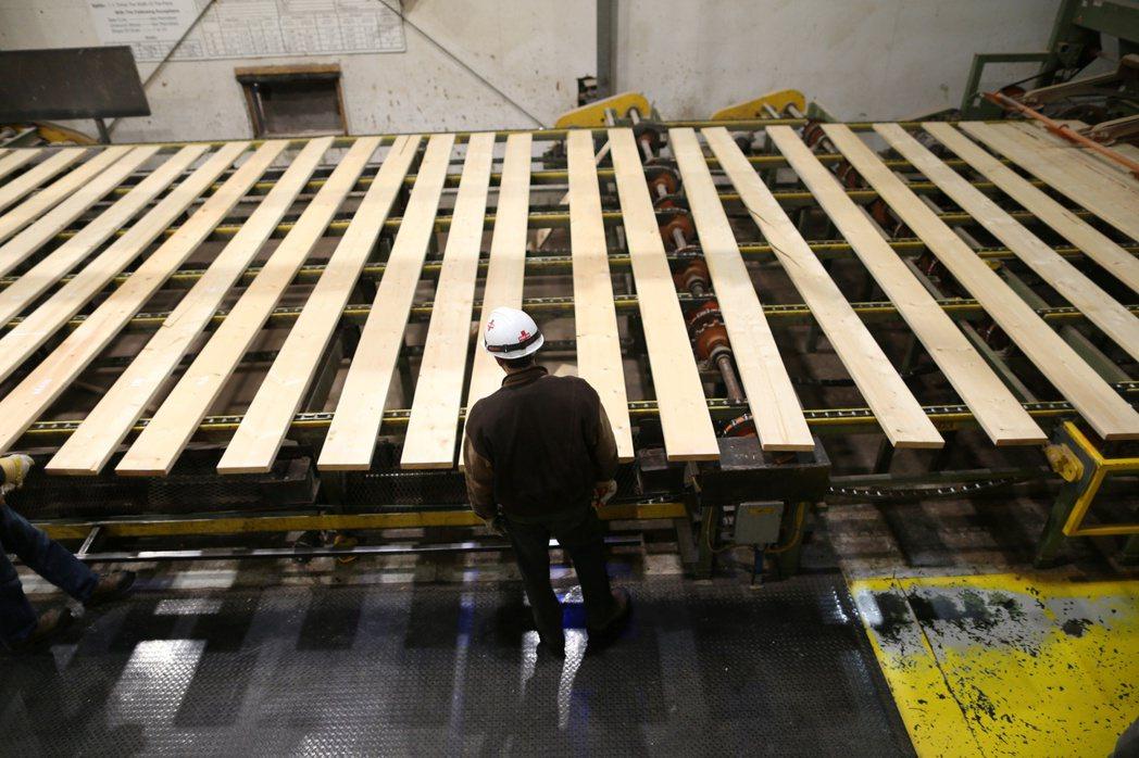 美國房屋裝修潮降溫,木材價格可能揮別先前的漲勢。路透