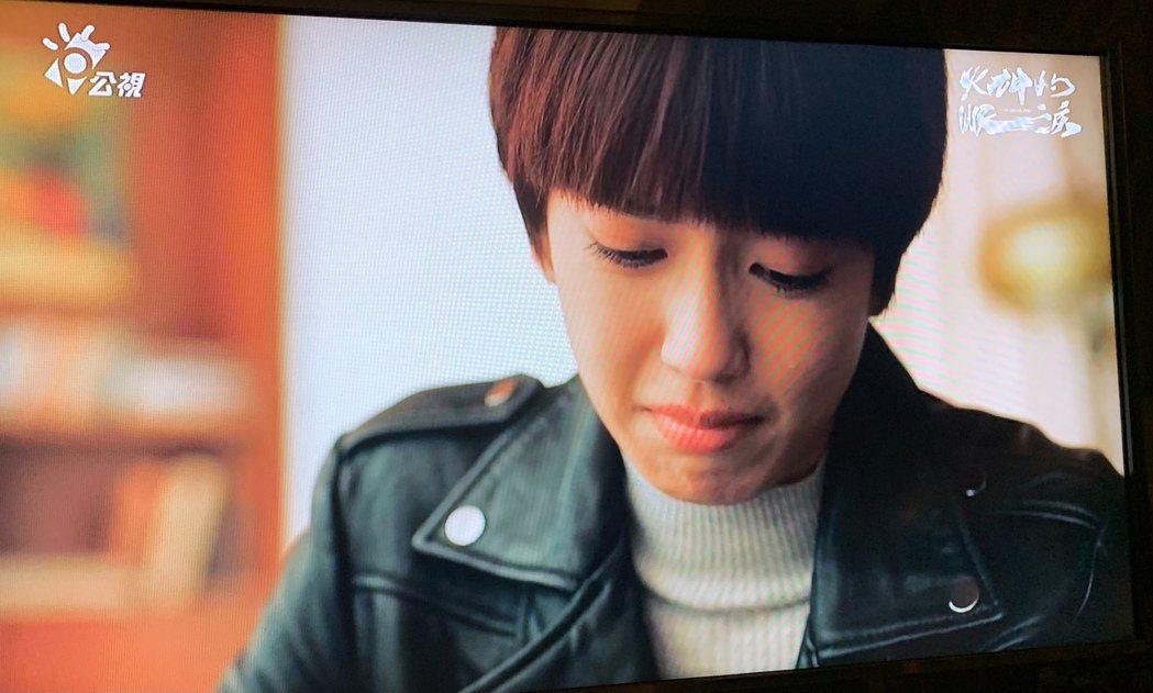 陳庭妮飾演的子伶收遺書淚崩。圖/翻攝公視