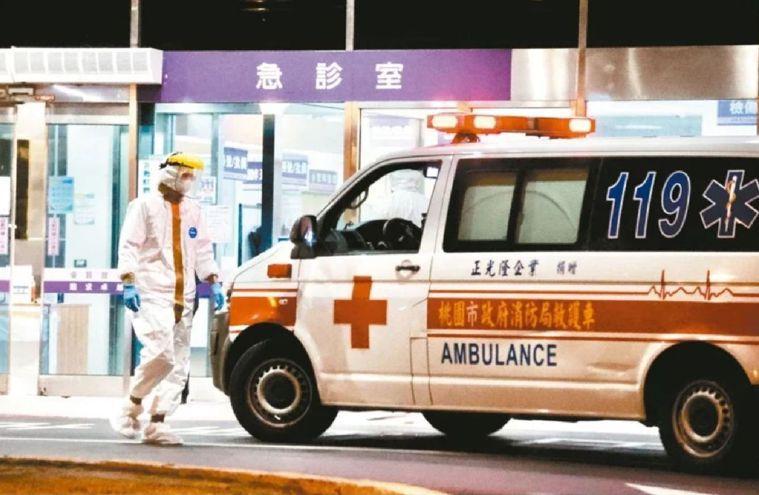 有消防員表示,載送病患的消防人員著裝整天無法吃喝、上廁所,卻屢遭醫院拒收,質疑中...