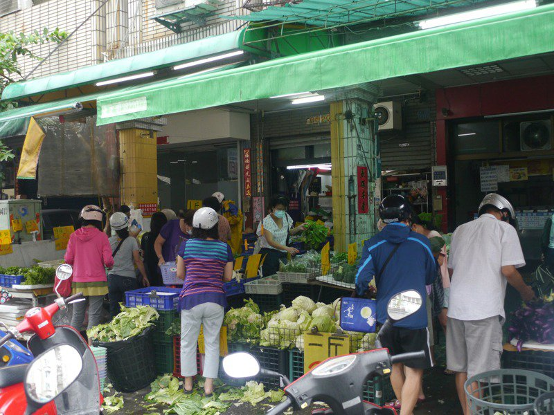 市場外攤商人潮眾多,流動攤商或店家沒有實施實聯制,恐成為防疫破口。記者徐白櫻/攝影