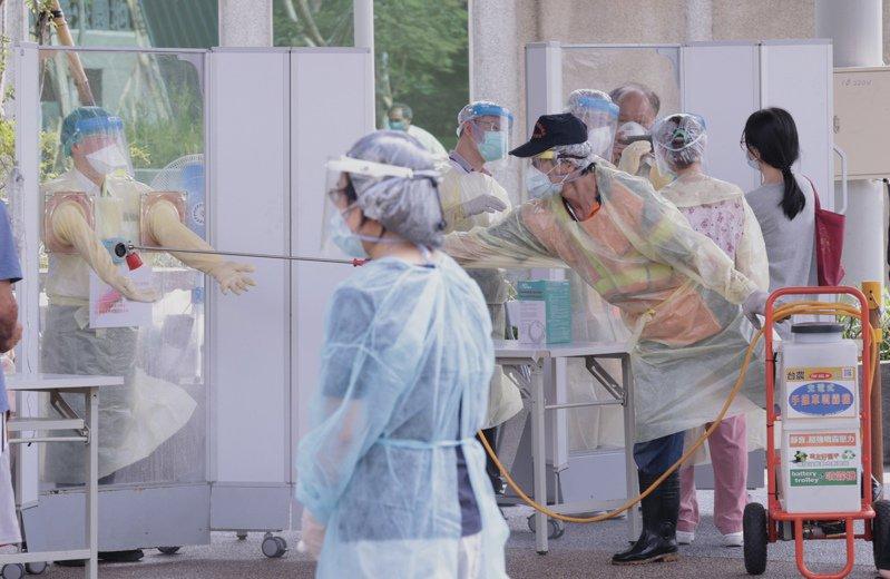 設在板橋音樂公園的機動篩檢站採檢完成後即刻馬上完成噴灑消毒,強化篩檢的安全性,做到滴水不漏。記者黃義書/攝影