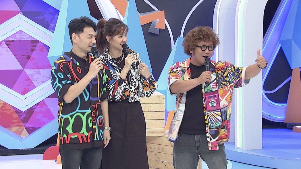 阿Ken(左起)、安心亞和納豆主持中天「同學來了」。圖/中天提供