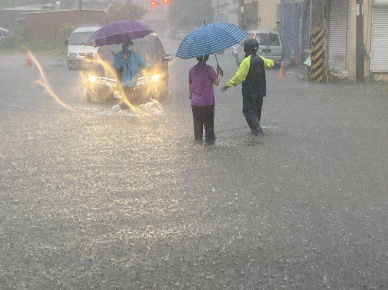 今天清晨的強降雨狂灌下,造成地勢低漥的鹿港公會堂及老街一帶淹水,水深過膝。彰化縣長王惠美(右)一大早就冒雨前往巡視。圖/彰化縣政府提供