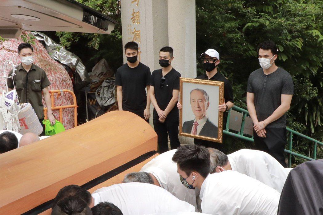 何鴻燊30日舉行葬禮,4個兒子到場送行。圖/CFP