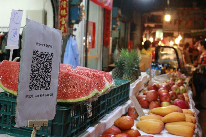 楠梓公有市場自治會今天上午協助攤商申請、印製簡訊實聯制QRCODE,便於放置在攤位上。記者陳弘逸/攝影