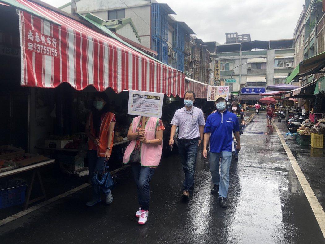 高市府民政團隊前往各地市場宣導與稽查攤商有無遵守防疫規定。圖/高雄市民政局提供