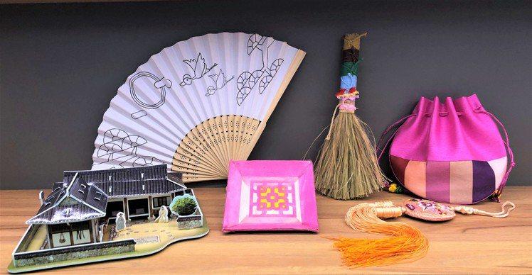 韓國傳統文化DIY組合包,內含「紙作瓦片韓屋、韓國福袋佩飾、韓紙杯墊、彩繩掃帚」...