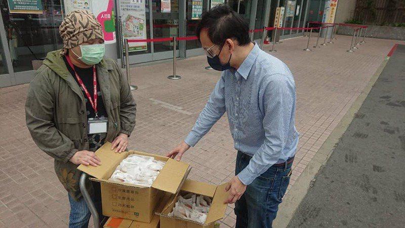 新北市議員葉元之將陳先生夫妻的鬆餅送至亞東醫院。圖/取自葉元之臉書