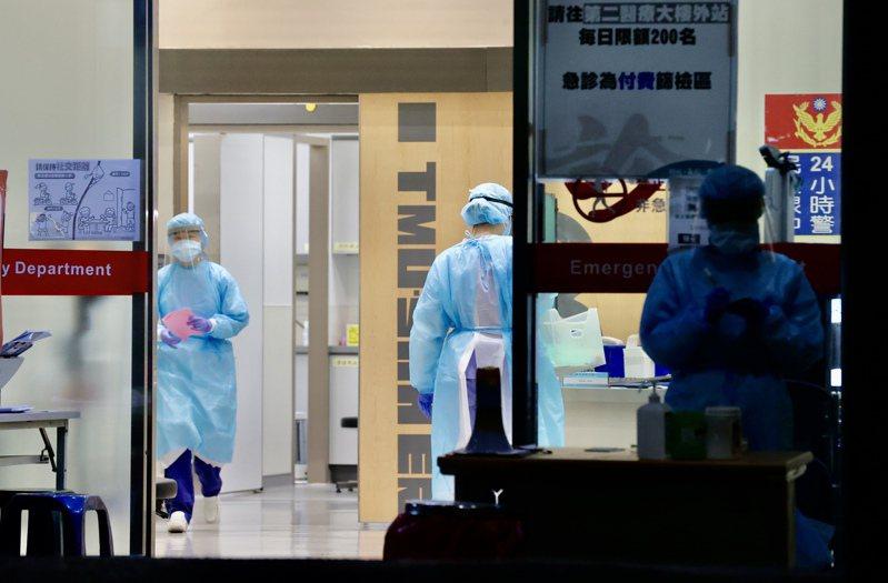 新冠肺炎疫情嚴峻,上班族可以請防疫照顧假,但醫護人員卻得上前線抗疫,請假成為奢求。記者許正宏/攝影