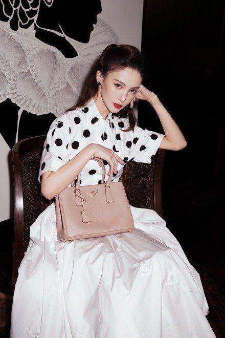 金晨示範Prada Galleria包款。圖/摘自微博