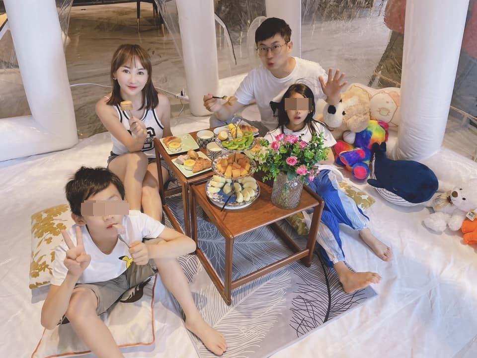 王宥忻(左二)跟家人玩起居家露營,成功收服小孩。圖/摘自臉書