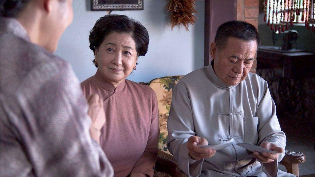 蘇明明(左)、蔡振南在「觀音對我笑」劇中飾演主角的爸媽。圖/大愛台提供