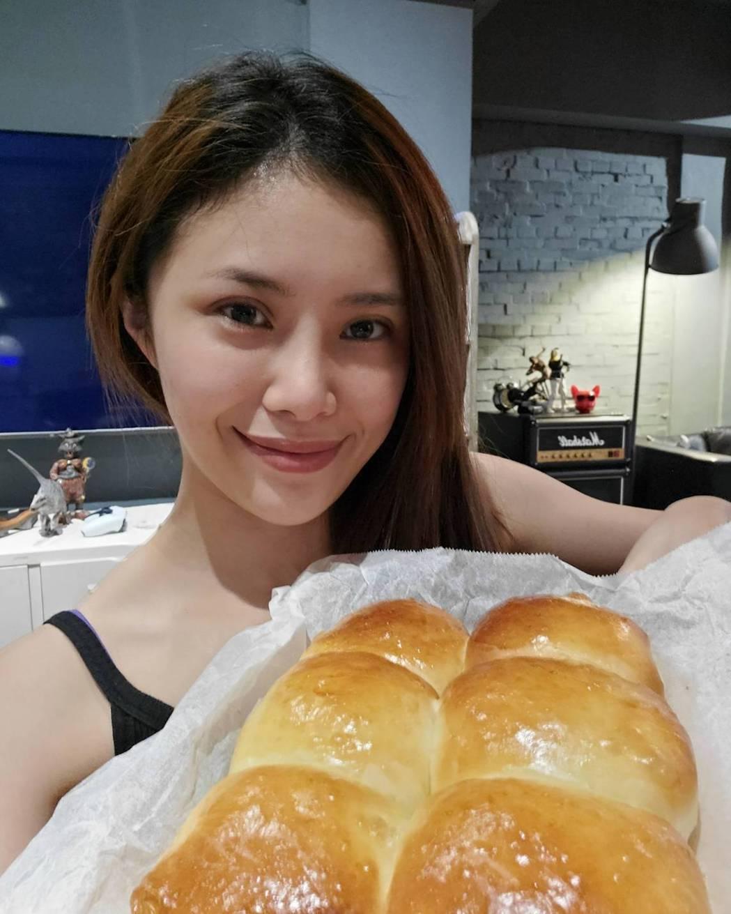 宋燕旻分享烘焙成果。圖/華視提供