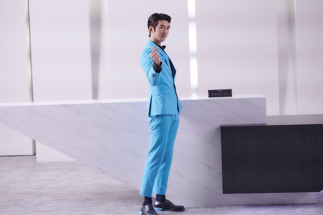 傅孟柏在「愛的奧特萊斯」中飾演掛著招牌假笑的銷售代表Paul。圖/LINE TV