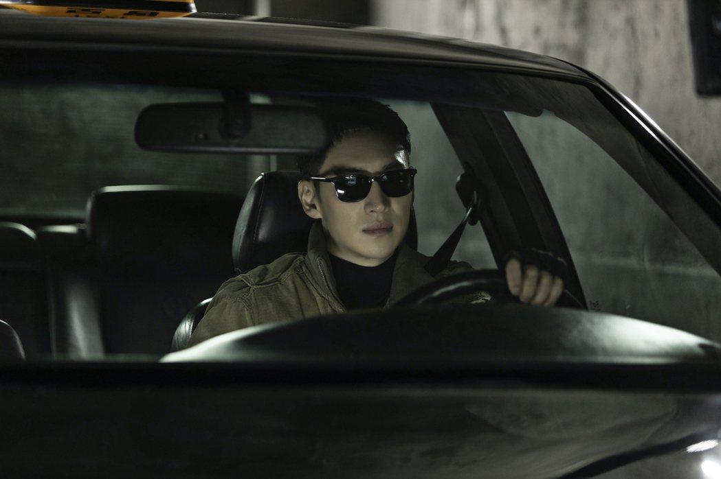 李帝勳在片中開著計程車代客報仇。圖/friDay影音提供