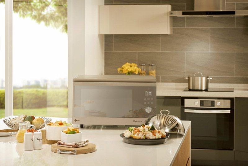 LG NeoChef智慧變頻蒸烘烤微波爐奢華鏡面延續LG家電一貫的時尚設計風格,直覺式的操作面板更讓全家人都能輕鬆上手,享受居家時光。圖/台灣LG電子提供