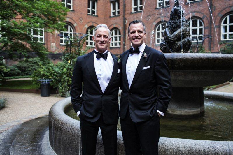 丹麥1989年成為全球第一個承認同志伴侶民事結合的國家,吉佛德(右)2015年10月與伴侶德文生在哥本哈根市政廳結婚,別具意義。美聯社