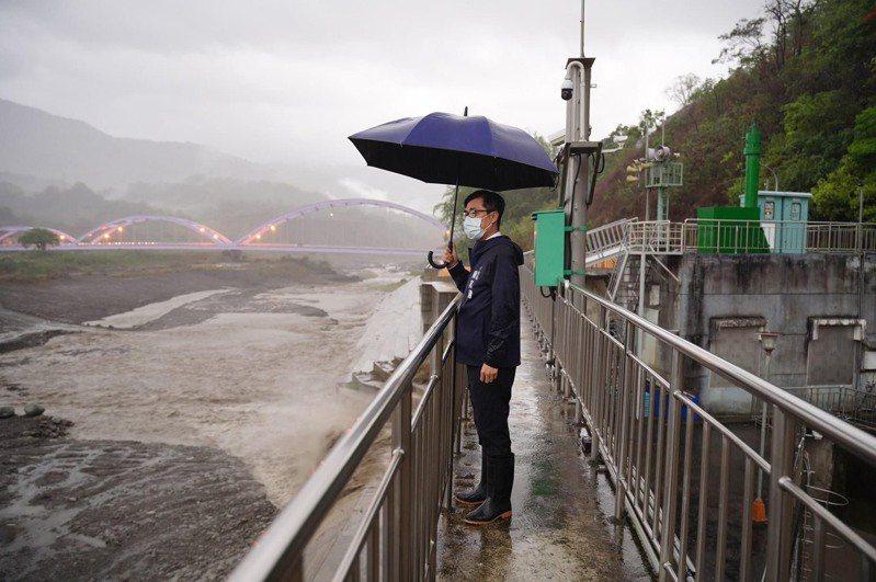 今天下午4點忙完防疫會議後,高雄市長陳其邁趕到甲仙攔河堰、荖濃溪視察水情,看到水位上升,心情鬆口氣,因為這代表高雄旱象困局有解了。圖/高雄市政府提供