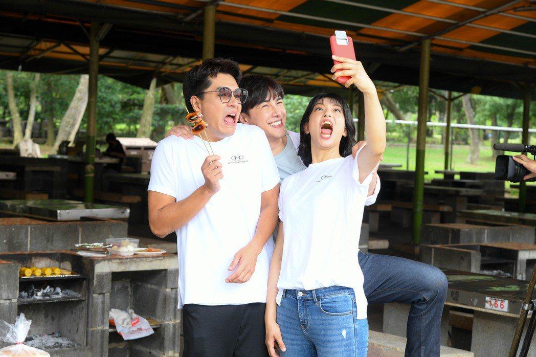 王傳一(左起)、謝佳見、賴雅妍拍攝「三隻小豬的逆襲」搞笑玩自拍。圖/三立提供