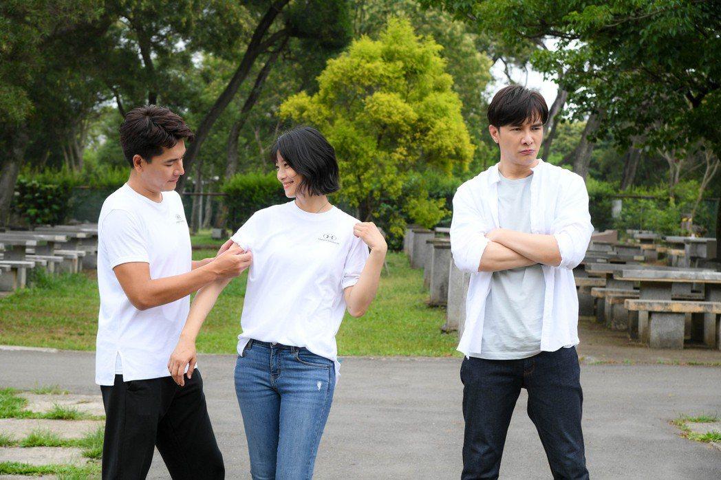 王傳一(左)、謝佳見在「三隻小豬的逆襲」互相坦承對賴雅妍的心意。圖/三立提供