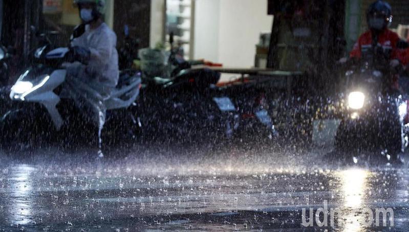豐沛的水氣為各地帶來大雨或豪大雨,幾近乾涸的水庫也大有進帳,鋒面預計在台灣滯留三天左右,將有助於旱象的紓解。記者侯永全/攝影