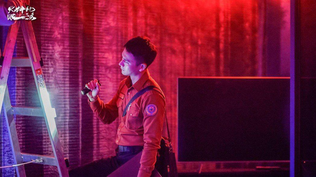 劉冠廷在「火神的眼淚」中飾演消防隊員執行安檢。圖/摘自臉書