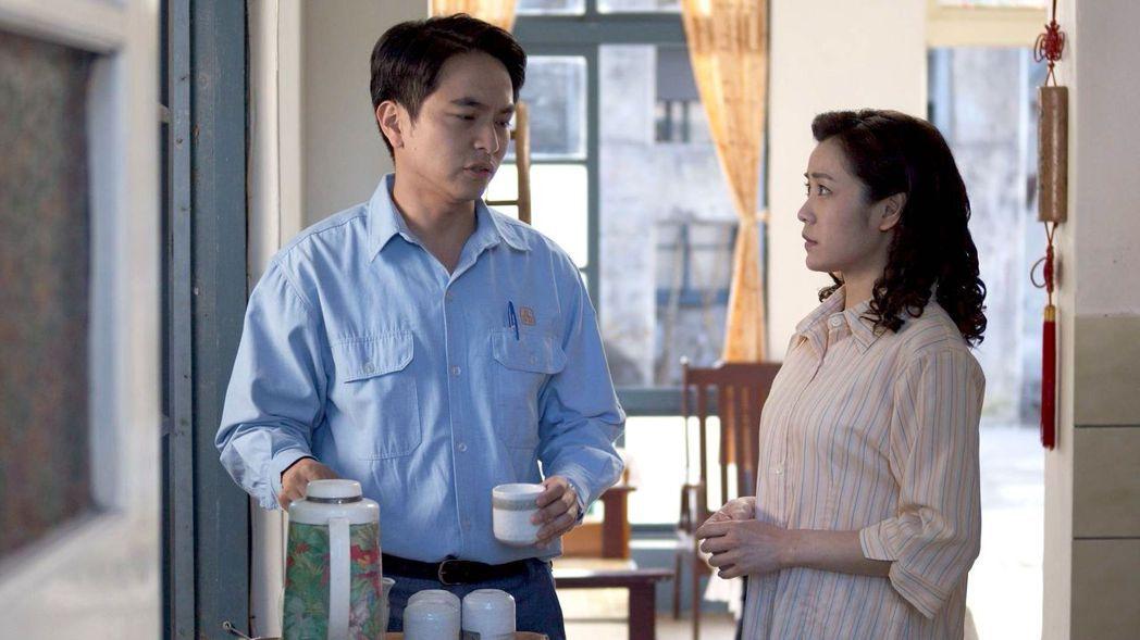 楊銘威(左)、吳沛寧在劇中飾演年輕時期的謝來文夫妻。圖/大愛台提供