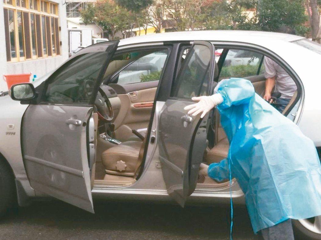 高雄市防疫計程車在出勤前會整個大清消,司機也會穿上防護衣、口罩等做好防護,市府也安排司機優先施打疫苗。圖/高雄市交通局提供