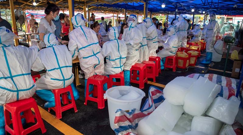 為防堵印度變種病毒,5月31日起,離開廣州的旅客及司機須持有72小時內核酸檢測陰性證明。圖為廣州已在多個行政區做全民篩檢。(新浪微博照片)