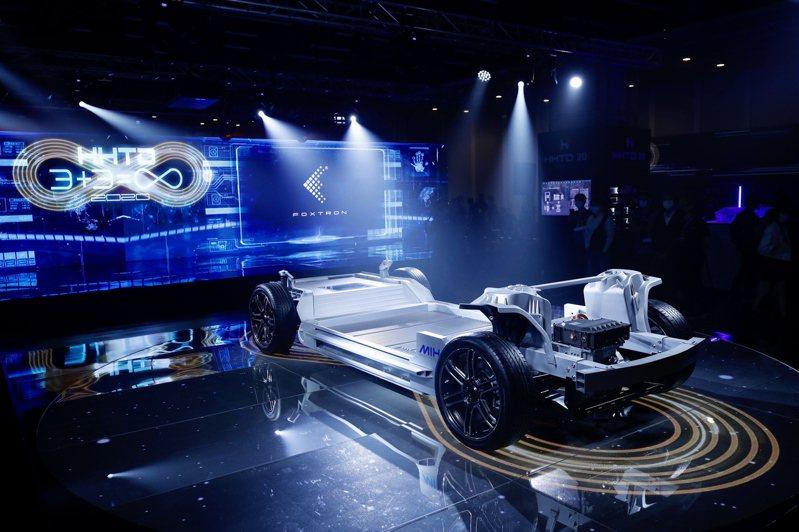 鴻海與台塑兩大集團談電動車合作,最重要的是想要攜手闖進電動車最關鍵的電池領域,尤其是被譽為未來電動車電池「明日之星」的固態電池。圖為鴻海電動車開放平台MIH展示電動車雛形。( 歐新社)