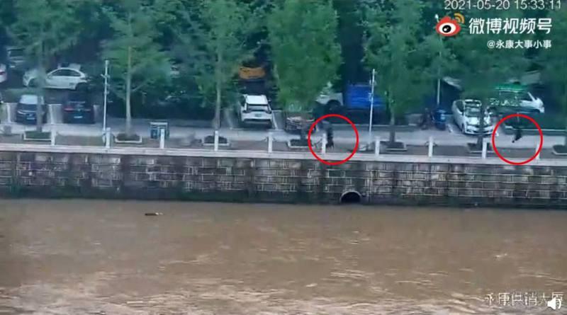 5月20日浙江永康市發生1宗女子跳江輕生案,幸好有途人出手救助,成功將女子救回岸上。(微博影片截圖)