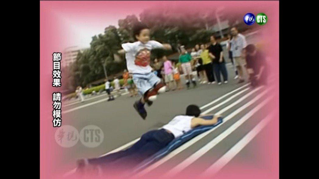 周湯豪8歲時曾上綜藝節目滑直排輪飛躍王力宏。 圖/擷自Youtube